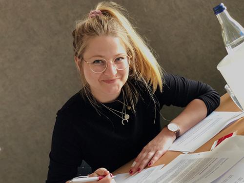 """Eine Teilnehmerin im Seminar """"Schreiben für digitale Medien"""" von Udo Taubitz"""